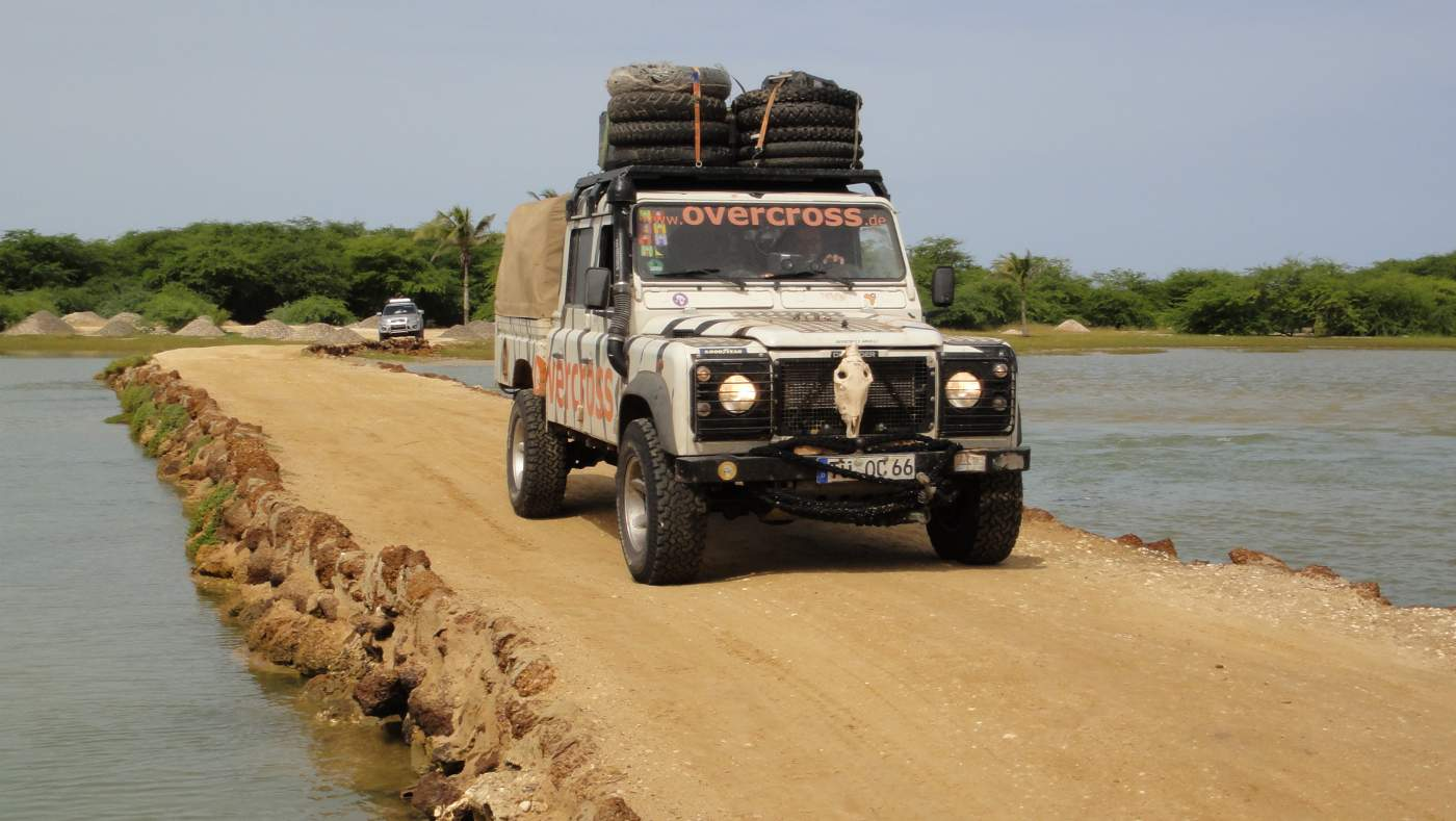 4X4 Off-Road Reise Geländewagen Tour Expedition Paris Dakar Marokko Spanien Senegal Mauretanien Wüste Sahara Sand Gelände Off-Roader Overcross Defender Zebra Landy Dicker Land Rover Off Road urlaub sonne sand meer atlantik stand küste wasser felsen