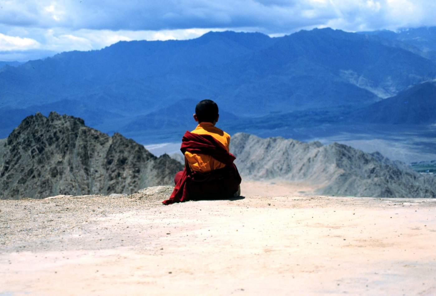 Mönch beim Meditieren Indien Resise Motorrad