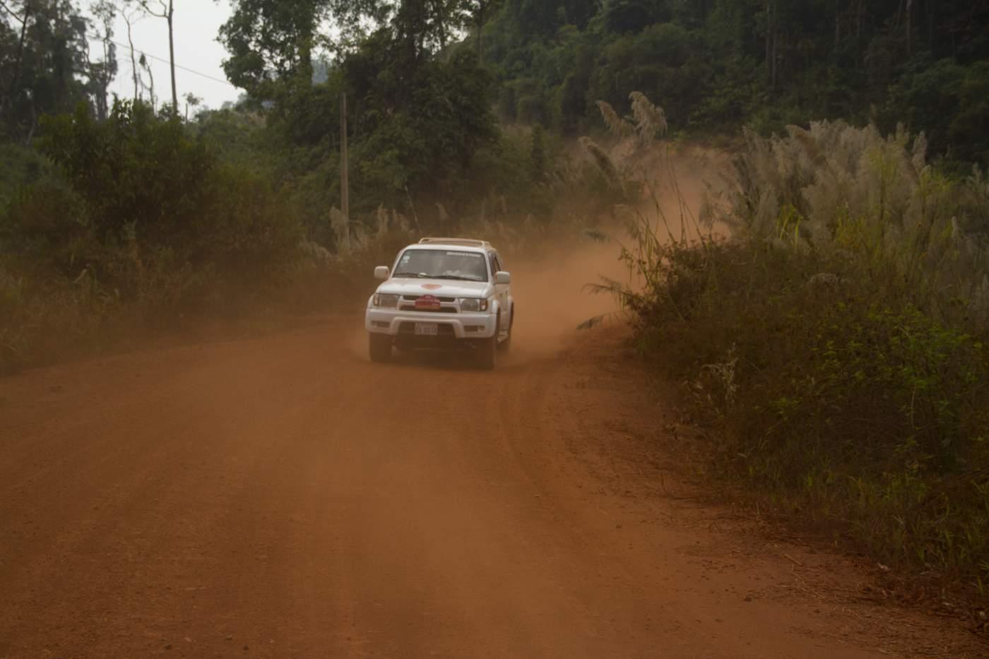 Straße in Kambodscha unterwegs auf Enduros mit unserem Guide Reini