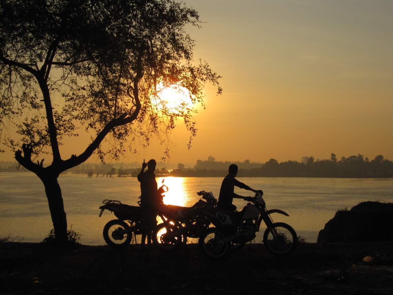 Endurofahrer im Motorradparadis Kambodscha Sonnenuntergang