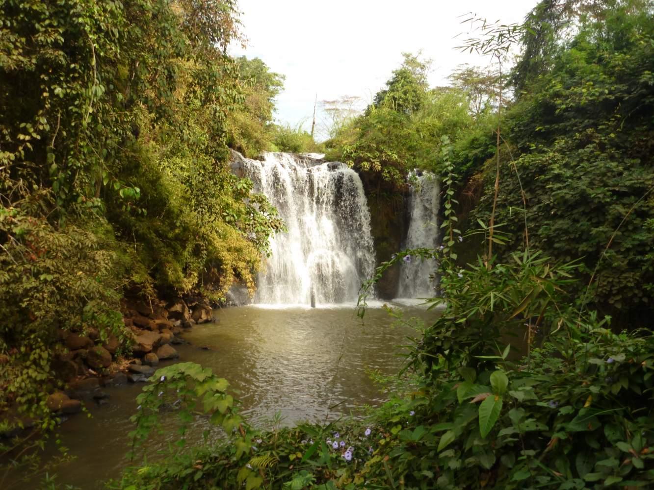 Pflanzenwelt in Kambodscha Wasserfall auf einer Enduroreise
