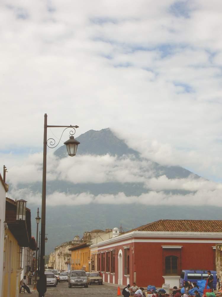 Antigua mit Vulkan im Hintergrund