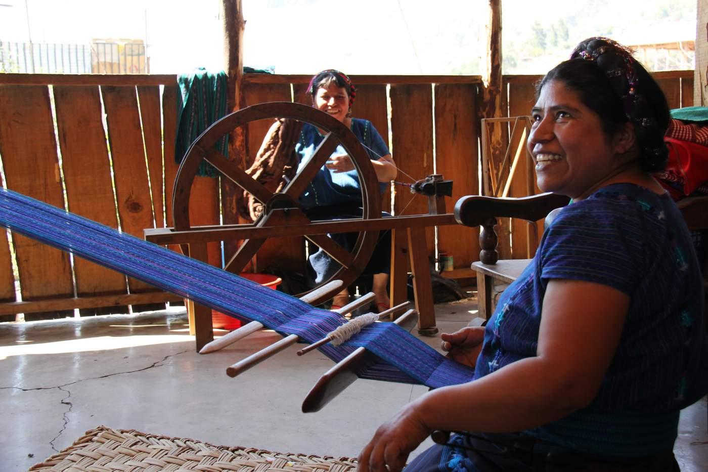 Einheimische in Guatemala beim Weben